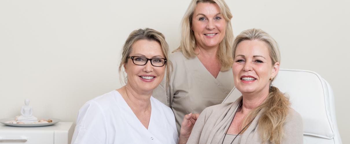 Frau Dr. Herrmann mit ihren zufriedenen Patientinnen